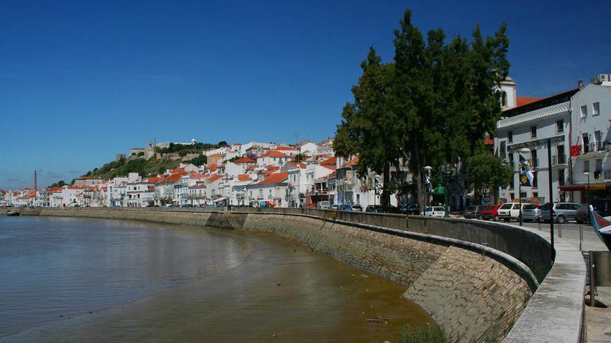 El pueblo de Alcacer do Sal a orillas del Río Sado.