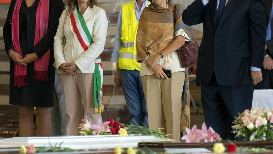 Cecilia Malström y Durao Barroso junto a otros dirigentes europeos contemplan los cadáveres de los fallecidos en Lampedusa. Foto: Comisión Europea
