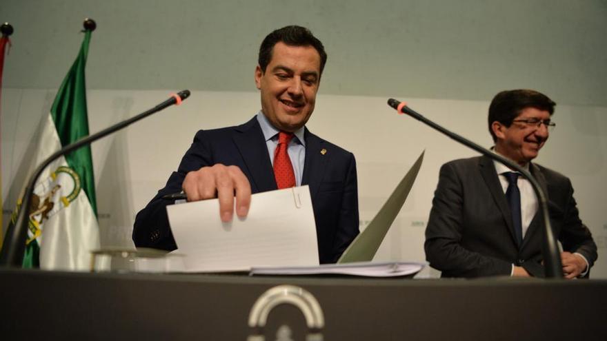 El presidente de la Junta de Andalucía, Juan Manuel Moreno, y el vicepresidente Juan Marín, comparecen a los 91 primeros días de Gobierno.