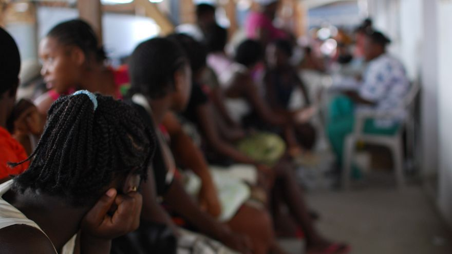 23 de mayo de 2011. Más de un año después del terremoto, las cicatrices, en forma de escombros amontonados en las calles y socavones, pero también en forma de secuelas físicas o psicológicas en muchos de los supervivientes permanecían abiertas. Sala de espera del hospital de MSF de Leogane. Fotografía: Mathieu Fortoul/MSF