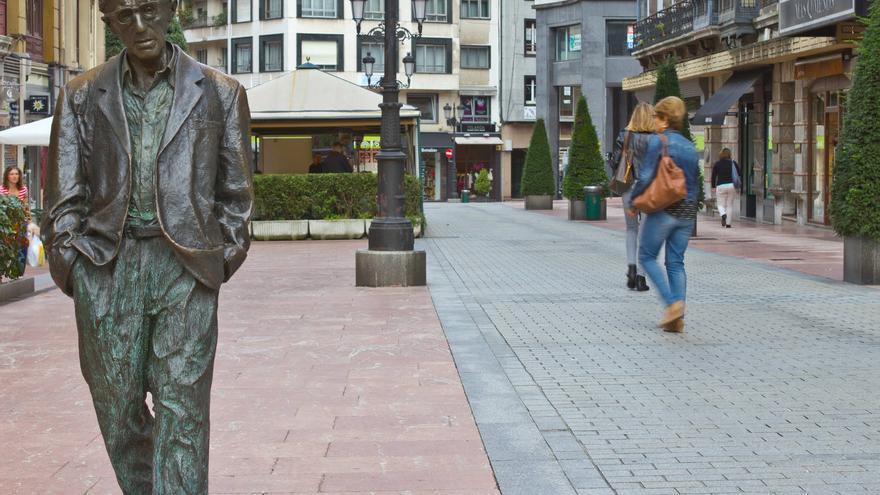 Estatua de Woody Allen en las calles de Oviedo.