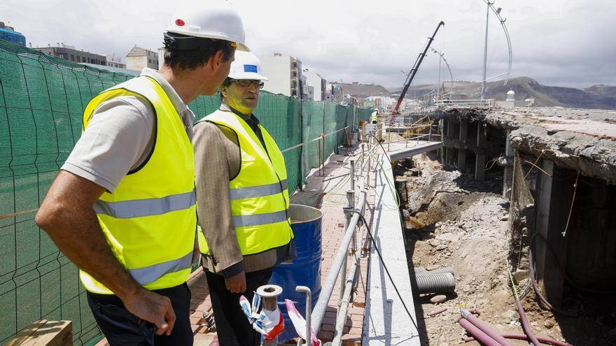 El concejal de Urbanismo, Javier Doreste, en el inicio del derribo del mamotreto de La Cícer