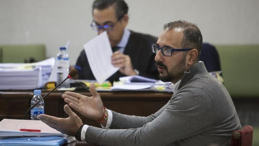 La Audiencia de Las Palmas retoma el interrogatorio al enfermero del Hospital Insular de Gran Canaria Iván R.A., acusado de haber envenenado en 2010 a su mujer suministrándole talio y otro tipo de sustancias.