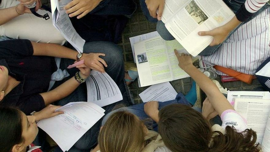 Un grupo de estudiantes repasa sus apuntes.