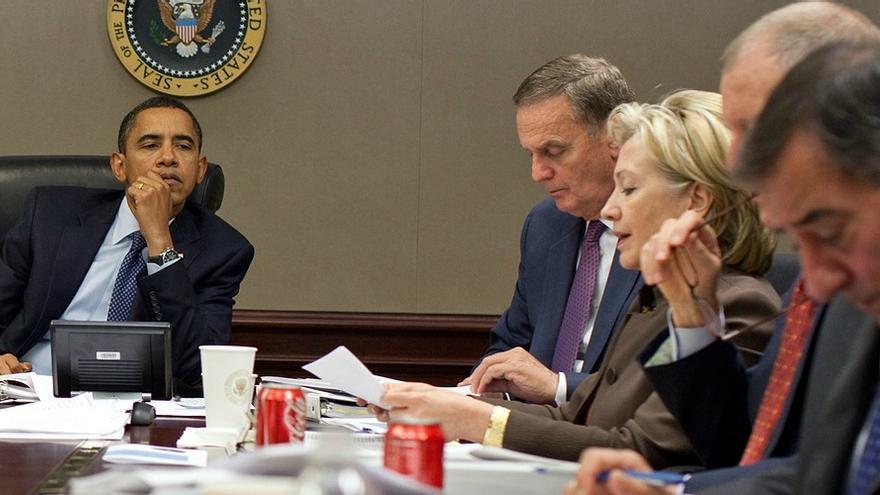 El presidente Barack Obama presta atención durante una reunión sobre Pakistán con sus máximos asesores en 2009.