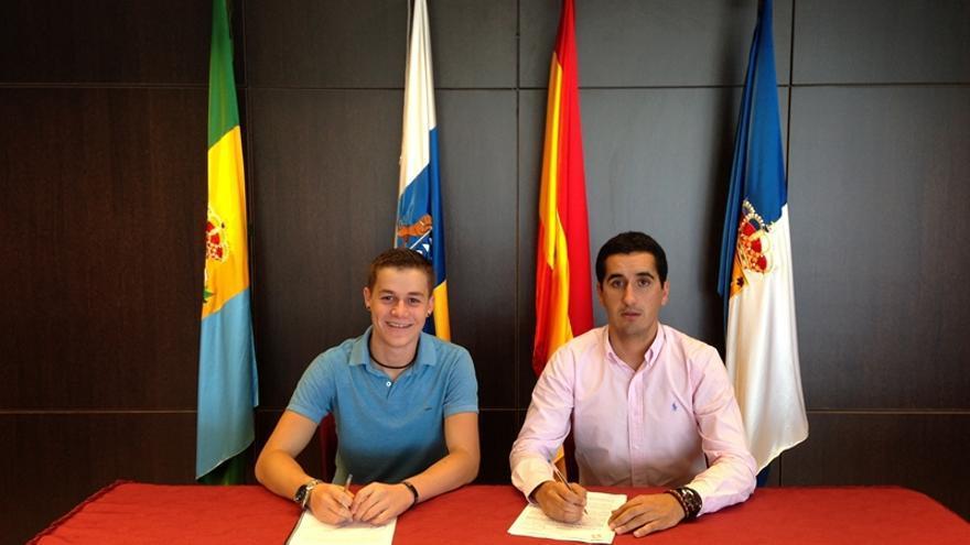 En la imagen, el representante de Udeca (izquierda) y alcalde de Breña Baja.