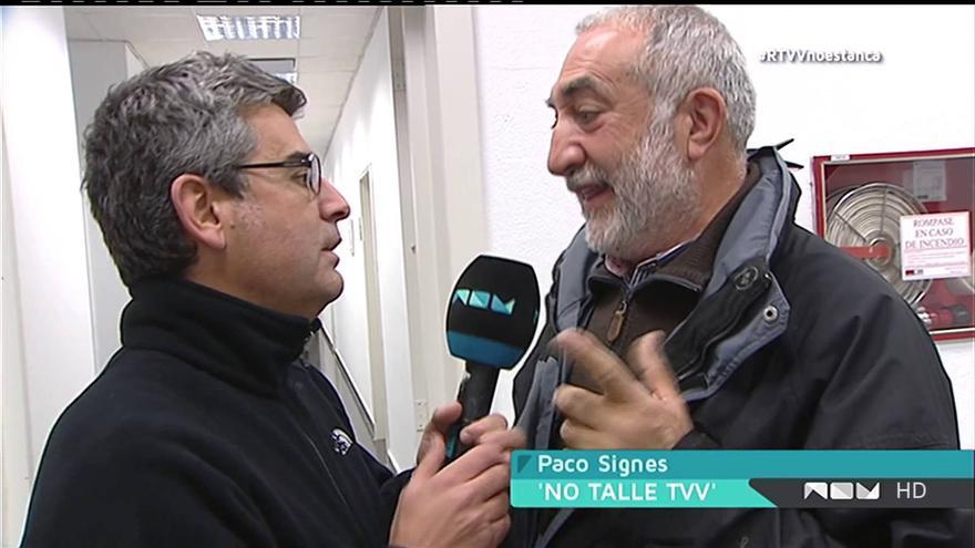 Un periodista de Canal 9 entrevista a Paco Telefunken en la noche del cierre de RTVV.