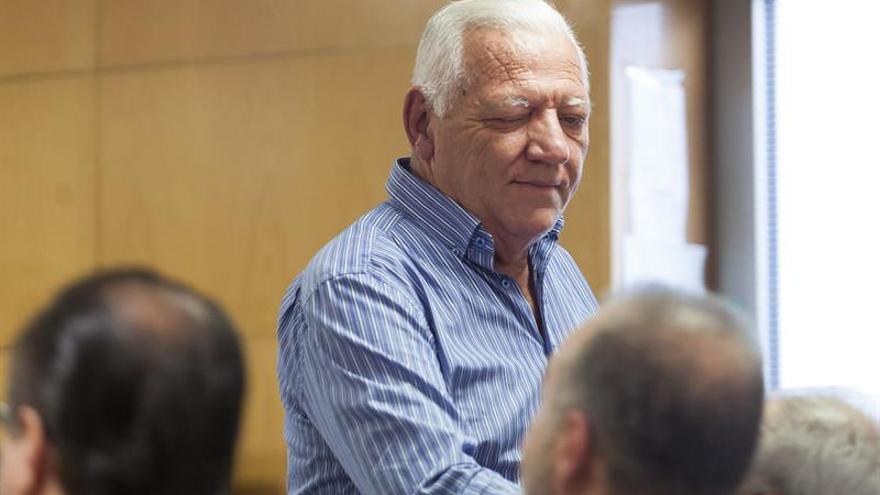 El exconcejal de CC Hilario Rodríguez, hoy en el juicio, mira a Miguel Zerolo