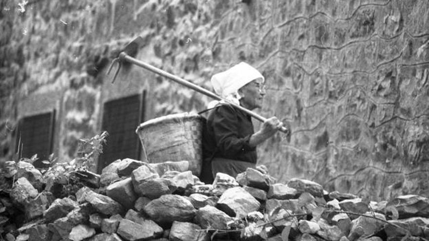 Mujer trabajando en un pueblo de Cantabria. | MANUEL DE COS