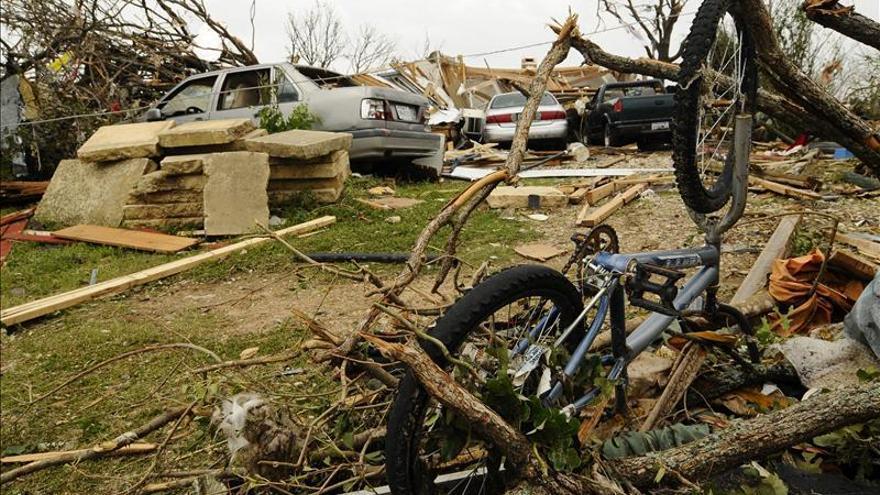 Al menos un muerto y 21 heridos al paso de tornados por el centro de EEUU