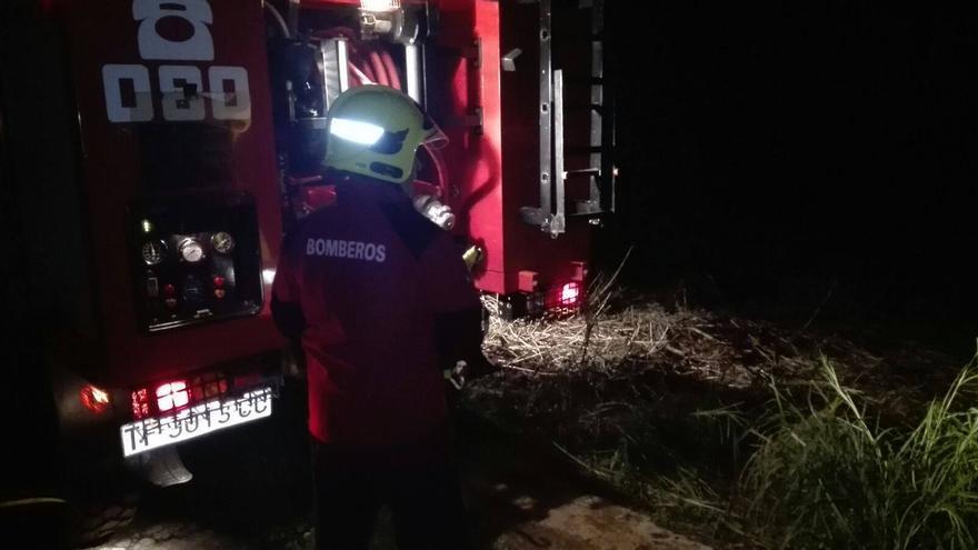 En la imagen, un bombero durante las labores de extinción del conato registrado en la noche de este miércoles en la zona de La Estrella (Breña Baja), Foto: BOMBEROS LA PALMA.