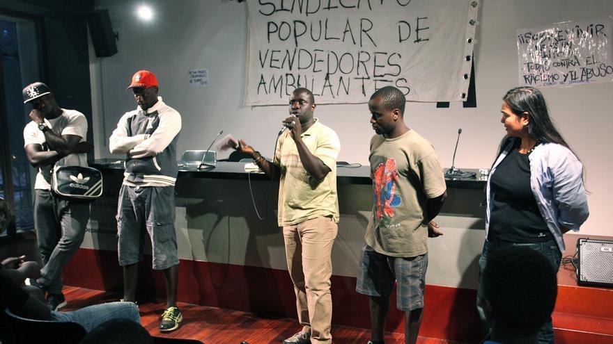 Pape Diop, en el centro y micro en mano, en una asamblea constitutiva del nuevo sindicato de manteros / CARLA MORA