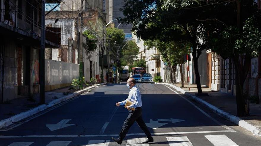 Un transeúnte camina en el centro de Asunción (Paraguay).