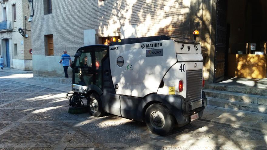 Una máquina de limpieza frente al Ayuntamiento de Huesca