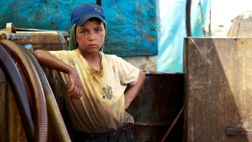 Omar, de 12 años, trabaja en Siria para mantener a su madre y su hermano pequeño después de que muriera su padre. / Ahmad Baroudi / Save the Children.