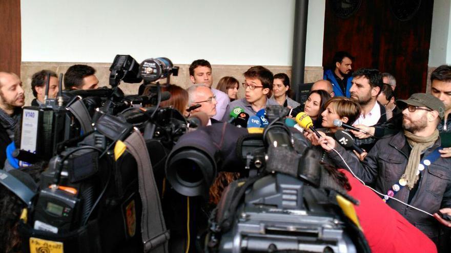 Iñigo Errejón, junto a Antonio Montiel, atiende a los medios en Valencia