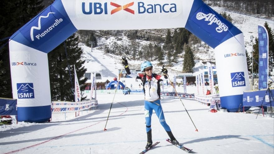 Laetita Roux cruza la meta en primera posición en la prueba de Relevos.