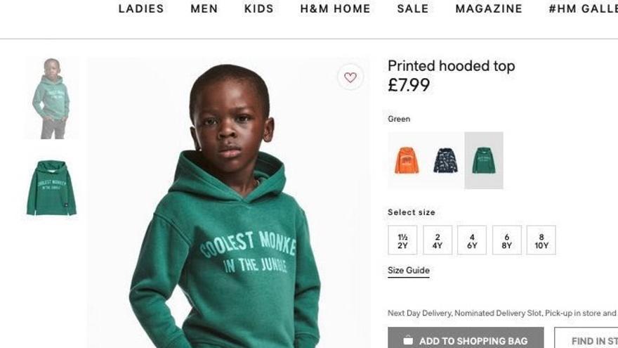 """Captura de pantalla de la web de la compañía en Reino Unido donde se podía ver al modelo negro con la sudadera """"El mono más guay de la jungla"""". Foto: Twitter"""