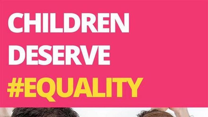 """Familia retratada en el cartel de la campaña del """"No"""" en una """"versión mejorada"""" creada por Blacknight Solutions. © James Larkin."""