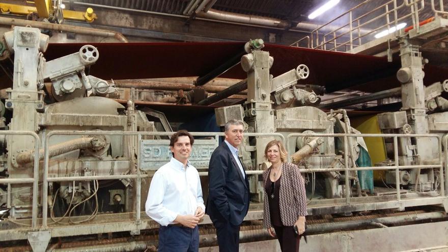 El conseller de Economía, Rafael Climent, en el centro, en la visita a una empresa de Beniparell (Valencia).