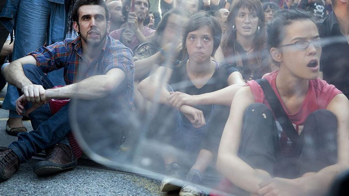 Un grupo de manifestantes ante el cordón policial durante la protesta.
