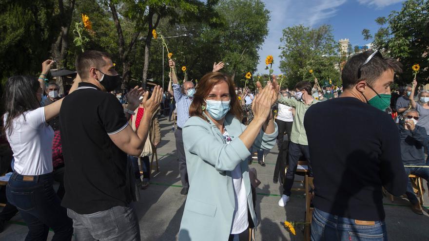 La candidata de Más Madrid a la Presidencia de la Comunidad de Madrid, Mónica García aplaude durante un acto de cierre de campaña del partido, en la Cuesta de Moyano