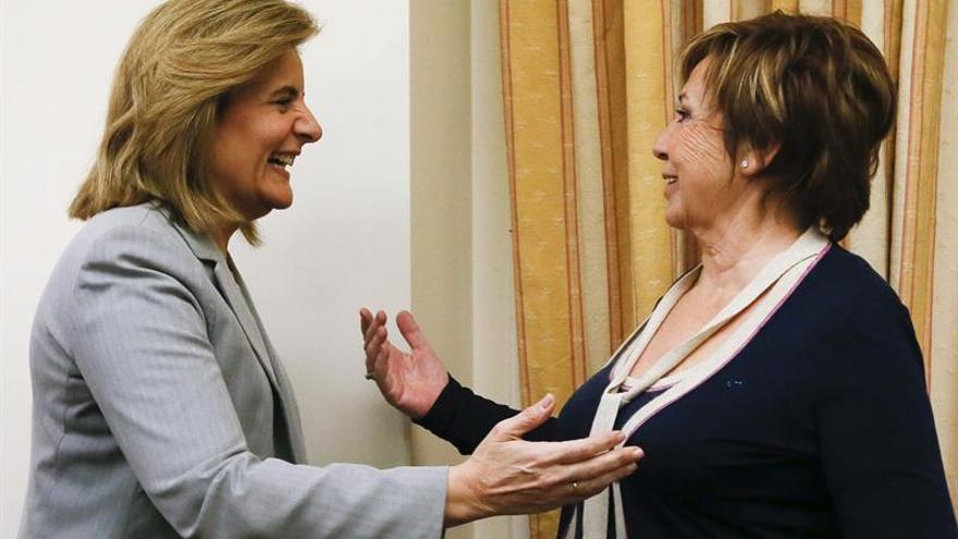 La presidenta de la Comisión del Pacto de Toledo, Celia Villalobos, con la ministra de Empleo, Fátima Báñez