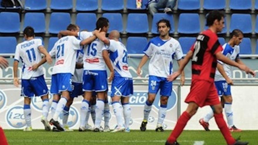 Los tinerfeños se abrazan tras el gol. (Acfi Press)