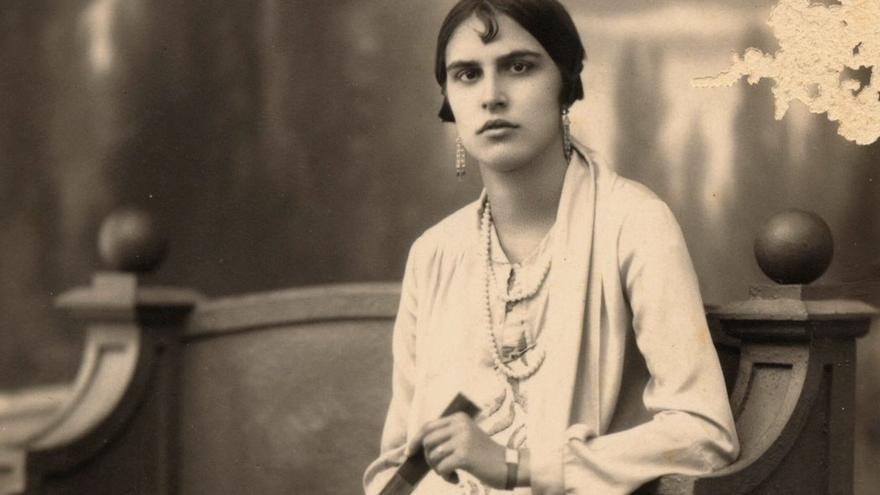 Señorita sentada en un banco, 1925.