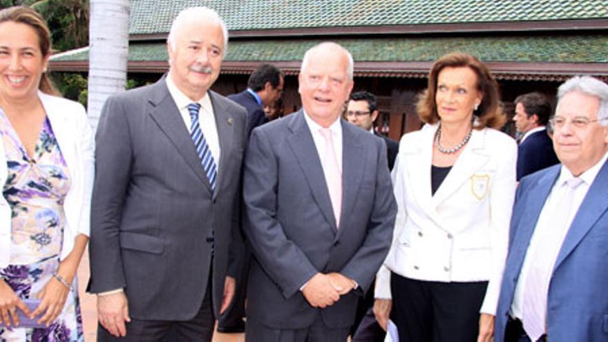 La familia Kiessling junto a Ricardo Melchior (presidente del Cabildo de Tenerife) y Marcos Brito, alcalde del Puerto de la Cruz, en 2010. Foto: Loro Parque