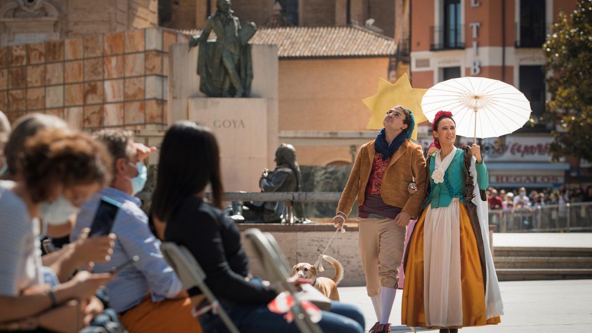 """Dos participantes caracterizados como los personajes de El Quitsol de Goya participan en una de las recreaciones históricas """"Museo en Vivo"""" en Zaragoza"""