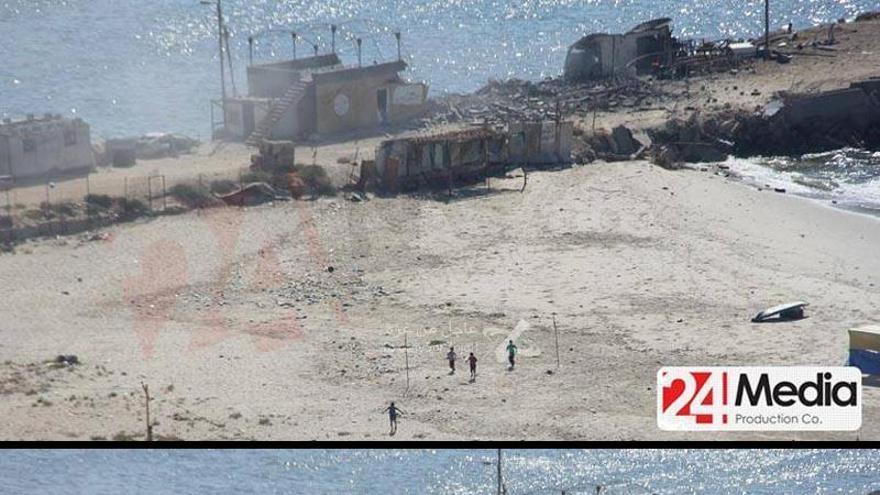 En la primera imagen se ve a cuatro de los niños huir tras la primera explosión. En la segunda ya se ha producido la segunda explosión.