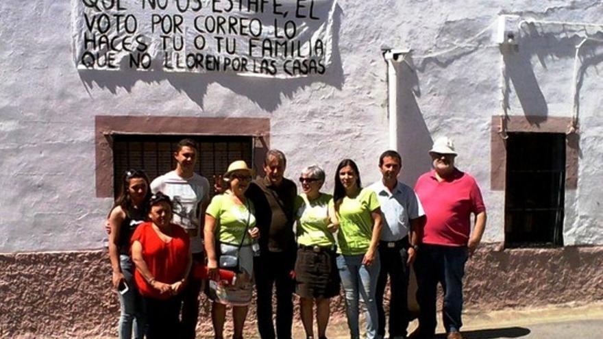 Pedro Escobar, con la candidata a la Alcaldía de Abertura, Isabel Bautista, y la asamblea local / Twitter @IuExtremadura
