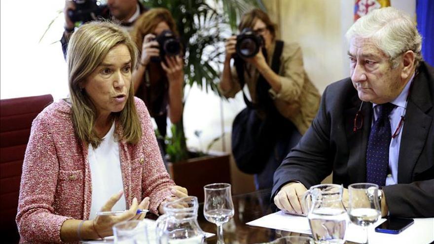 Javier Rodríguez, junto a Ana Mato, en una reunión de coordinación sobre la crisis de ébola.