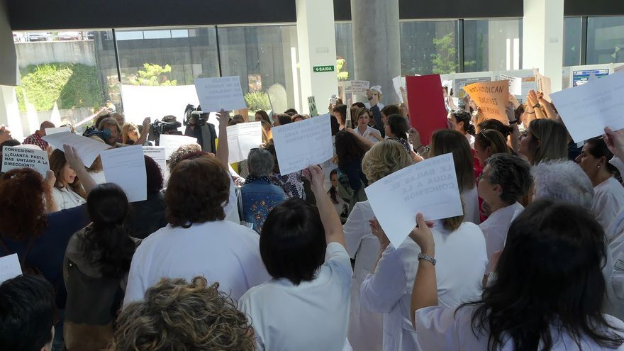 La enfermería se levanta contra la precariedad en la sanidad gallega y tiñe de negro las pasadas oposiciones.