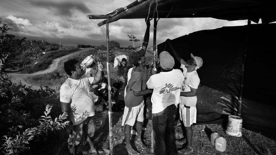 Un equipo de Médicos Sin Fronteras (MSF) ayuda a construir un refugio en Alto de Portete a personas afectadas que huyeron de la Isla de Portete ante el temor de un posible Tsunami. Hoy, 29.000 personas continúan viviendo en refugios en Ecuador a la espera de una solución a más largo plazo. Fotografía: Albert Masias/MSF