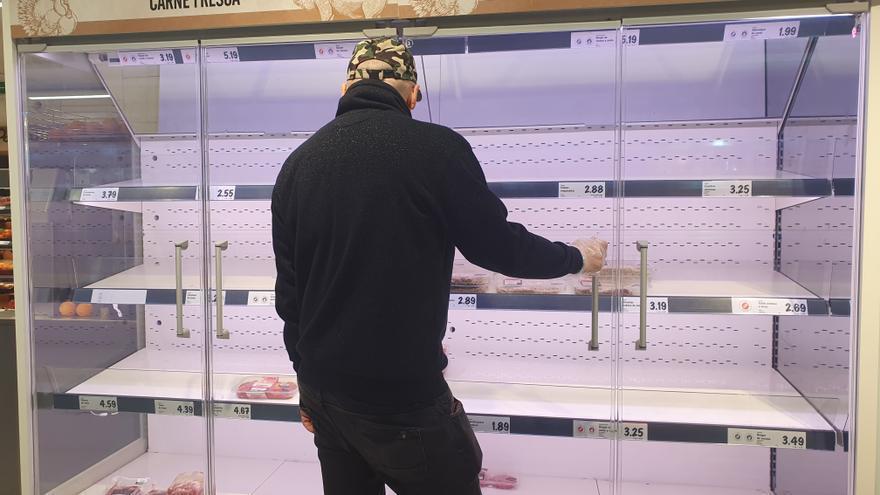 Estantes de carne vacíos en un supermercado en la emergencia por el coronavirus.