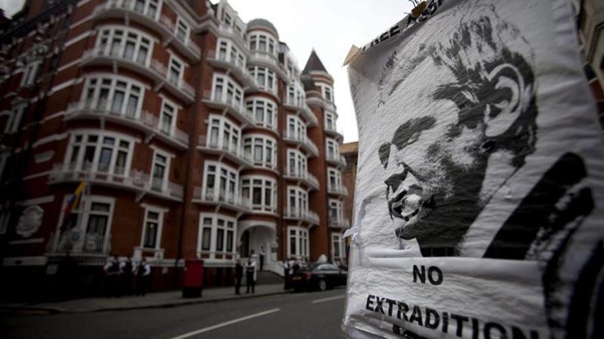 Ecuador restringe la comunicación en su embajada en Londres, donde está Assange