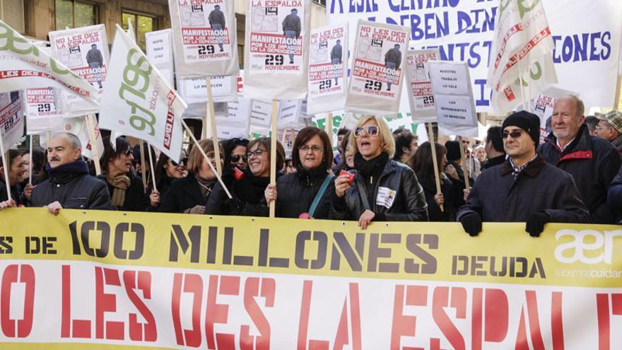 Los afectados por los impagos de Conselleria en una protesta