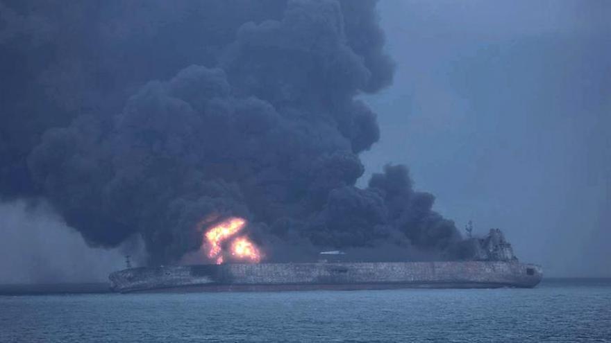 China advierte de que el petrolero iraní accidentado podría explotar