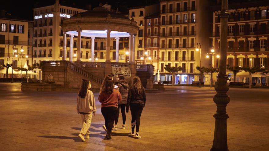 Unas jovenes paseando en la Plaza del Castillo alrededor de la media noche el mismo día que Tribunal Superior de Justicia de Navarra (TSJN) ha denegado el toque de queda nocturno decretado por el Gobierno de Navarra, a 12 de mayo de 2021, en Pamplona, Nav
