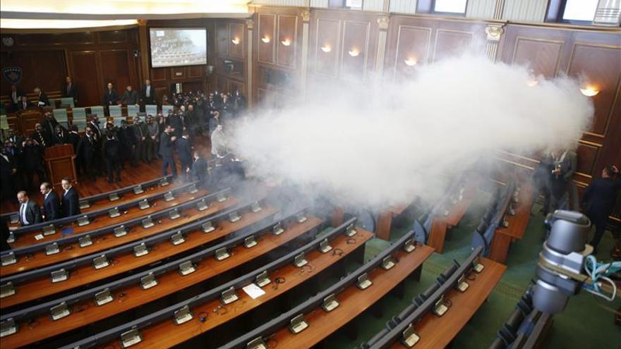 Diputados ultras kosovares vuelven a lanzar gas lacrimógeno en el Parlamento