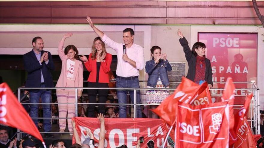 Pedro Sánchez celebrando su victoria en la sede del PSOE