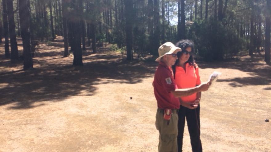En la imagen, la consejera de Medio Ambiente con un técnico del área.