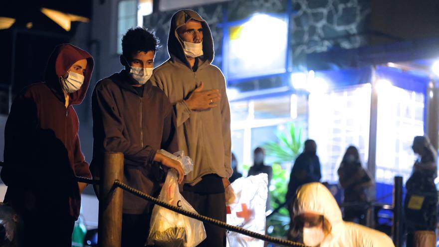 Un grupo de migrantes llegados a Fuerteventura en patera en la noche del viernes