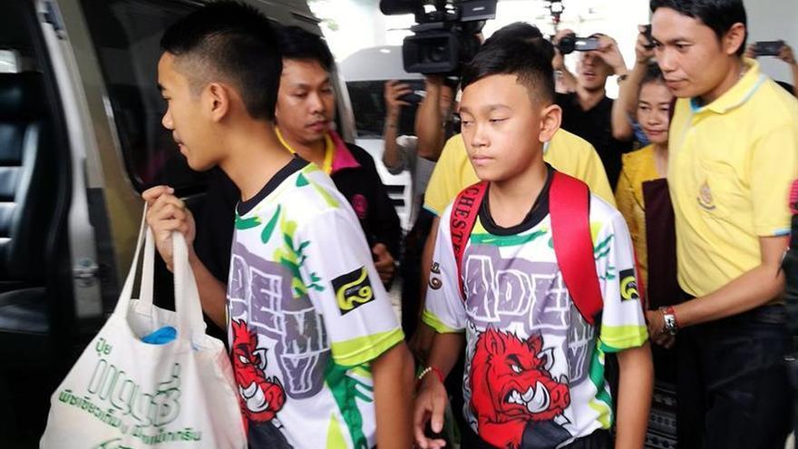 Los 12 chicos y el tutor rescatados en la cueva tailandesa salen del hospital