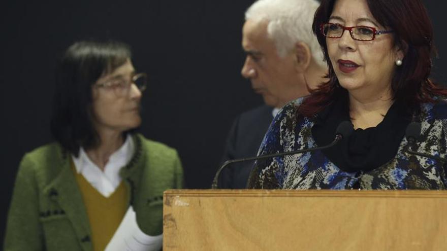 La viceconsejera de Educación de Canarias, Manuela Armas, junto al consejero de Educación de Andalucía, Luciano Alonso, y la directora general de FP del Principado de Asturias, Victorina Fernández. EFE/Sergio Barrenechea