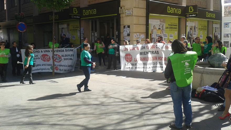 Miembros de la PAH protestan delante de una oficina de Bankia en Castellón
