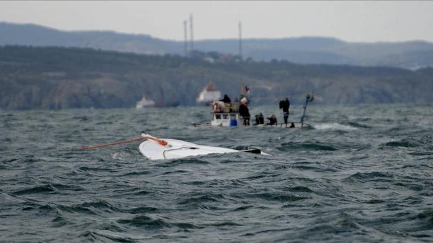 Al menos cinco refugiados mueren al naufragar una barca en el mar Egeo