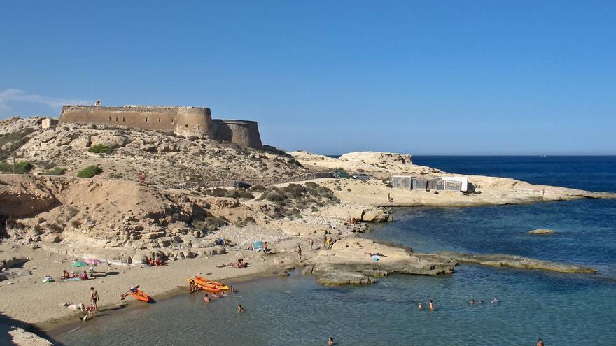 Castillo de San Ramón en El Playazo, una de las mejores playas de Cabo de Gata.